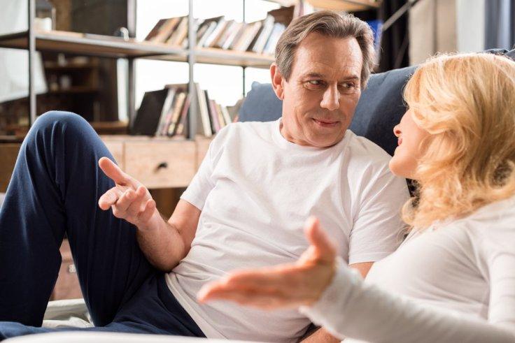 Casal conversando sobre sexo e fetiche